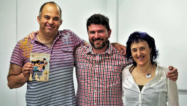 íctor Núñez e Itziar Espinal, facilitadores de Biodanza Orain, con Patxi Bueno en el centro, responsable del Centro de Día de Fundación Xilema.