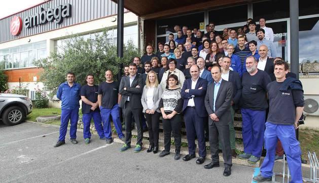 foto de Trabajadores de la empresa Embega junto a Manu Ayerdi e Izaskun Goñi.