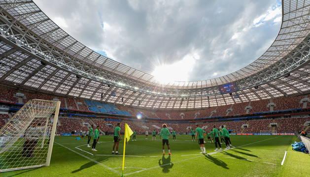 Los jugadores de Arabia Saudí entrenan en el estadio Luzhniki de Moscú.