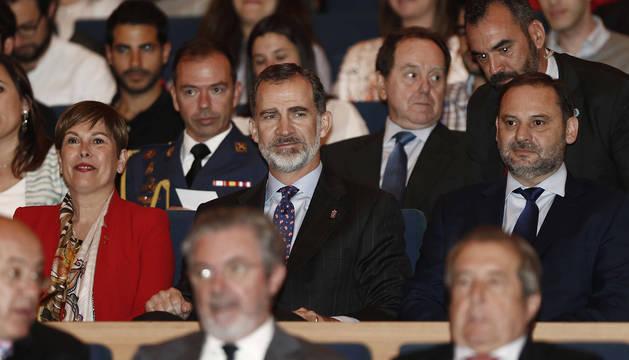 El Rey Felipe, escoltado por Uxue Barkos y el ministro de Fomento, José Luis Ábalos.