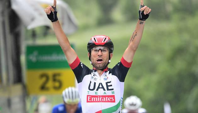 Diego Ulissi cruza la línea de meta en el alto de Leukerbad.