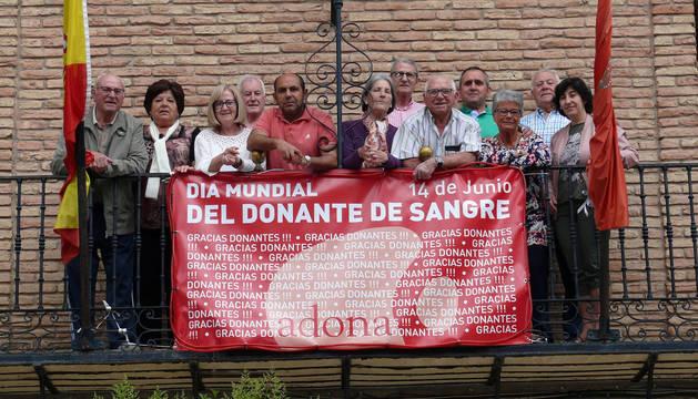De izda. a dcha.: Juan José Domínguez (Adona), Emilio Garrido (Alcer) y el delegado de Adona en Tudela, Alfonso del Álamo, junto a las manualidades que realizaron los escolares de la capital ribera para la muestra.