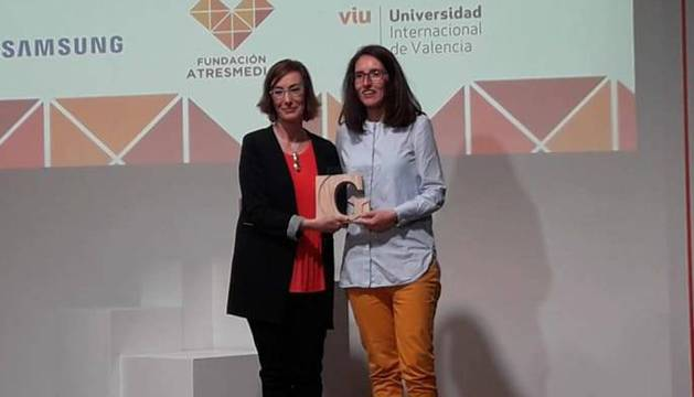 Sarai Ruiz Soto, a la derecha de la imagen, recoge su premio.
