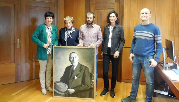 Representantes municipales y familiares de José Miguel Aguirre, con el retrato donado al museo.