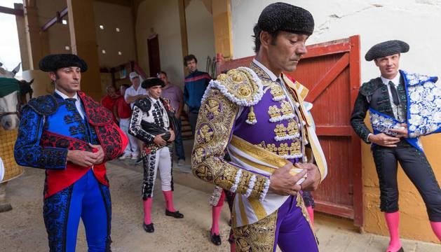 El Cid, que volverá a la plaza de Tudela tras ser el triunfador de la feria del año pasado, preparado junto a su cuadrilla para hacer el paseíllo.