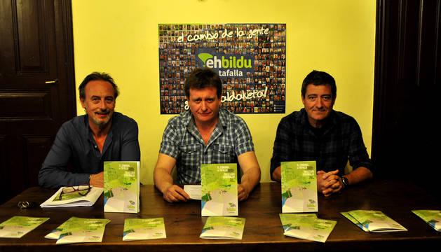 Desde la izda., Arturo Goldaracena, Juan Andrés Ramírez y Pedro Leralta con el trabajo elaborado.