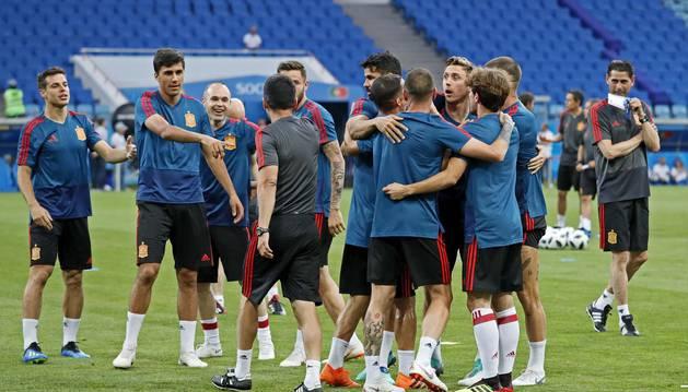 La selección realizó ayer el último ensayo antes del debut ante Portugal. A la izquierda de la imagen, Azpilicueta; de espaldas, el expreparador rojillo Pepe Conde; y a la derecha, Monreal.