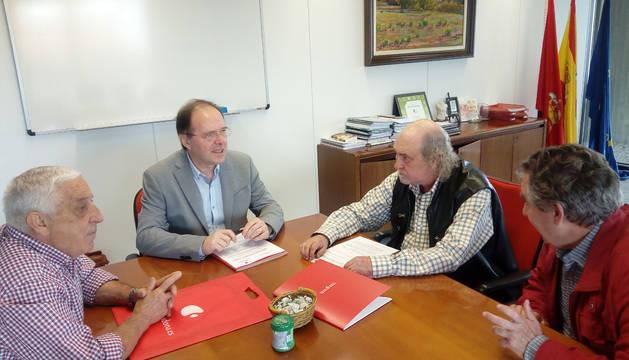 El director general de Salud, Luis Gabilondo, firma el convenio con miembros de Adona.