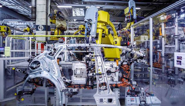 foto de Una máquina de chapistería de Volkswagen Navarra.