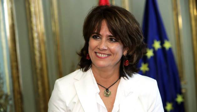 La nueva ministra de Justicia, Dolores Delgado, tras recibir la cartera de su Ministerio de manos de su antecesor en el cargo, Rafael Catalá, hoy en Madrid.