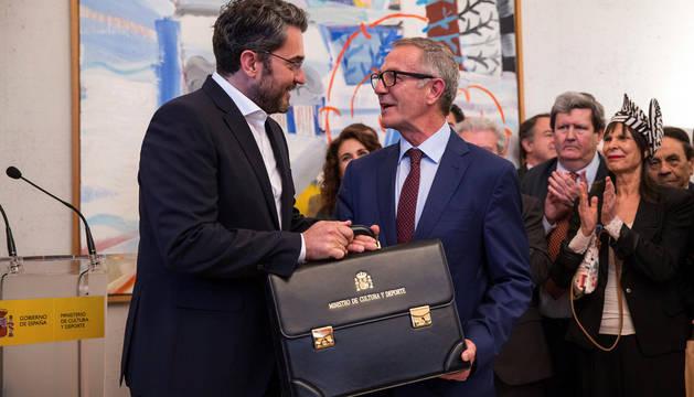 El ministro saliente, el dimitido Maxim Huerta, entrega la cartera a José Guirao.