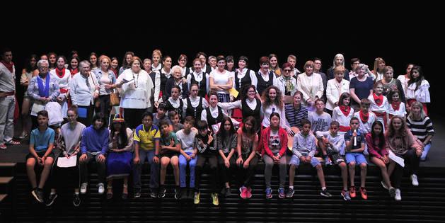 Finalizado el acto, todas las homenajeadas, junto con los alumnos de 6º de Primaria, posaron para una foto de recuerdo.