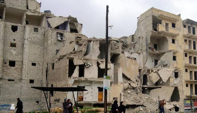 Entre escombros, año y medio después de que el ejército haya recuperado los barrios orientales de Alepo, la vida se asoma tímidamente. Aquí, durante cuatro años, cinco meses y tres días los combates segaron la vida de más de 30.000 personas. Muchos refugiados y desplazados vivían en las casas que ilustra este reportaje.