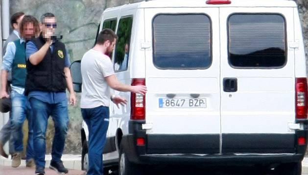 El autor confeso de la muerte de Diana Quer, José Enrique Abuín Gey (d), conocido como 'El Chicle', asiste a la reconstrucción de la desaparición y muerte de la joven madrileña