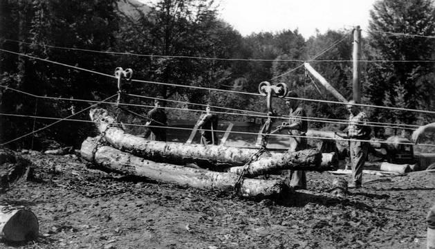 Arrastrados por machos o bueyes, suspendidos en un sistema de cables y por el río Irati, el traslado de troncos nutrió el aserradero de Ekai entre 1920 y 1958. Los barranqueadores reconducían la madera por el río. La red de cables forestales se extendió, al menos,a 126 puntos en Navarra