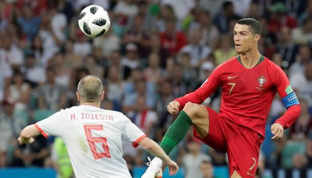 Iniestra se enfrenta a Cristiano Ronaldo en el partido de España contra Rusia, el primero del Mundial de Rusia 2018.