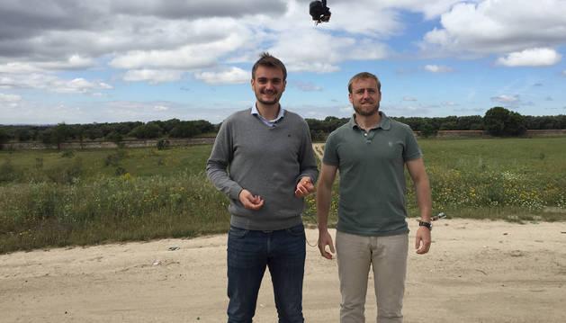 El melidense Juan Carlos Sesma y su socio, Javier Sánchez Cervigón, en una de las pruebas con el dron.