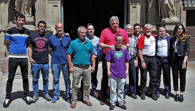 foto de Asiron con representantes de las cuatro candidaturas a tirar el Chupinazo de este año.