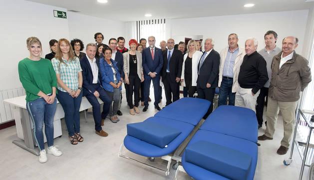 El consejero Domínguez con el personal del consultorio de Larraun, en Lekunberri, en la nueva unidad de rehabilitación.