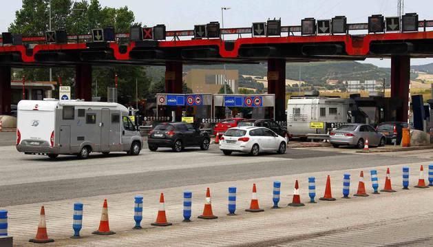 foto de Atasco en uno de los peajes de la autopista AP-1 entre Burgos y Armiñón (Álava).