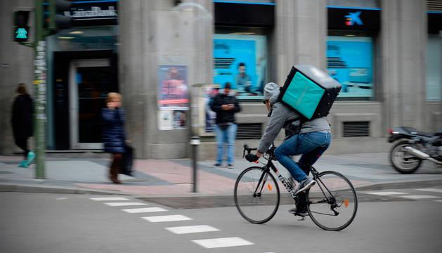 Un repartidor, en una calle de Madrid.