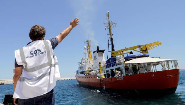 Un miembro de Médicos sin Fronteras despide al barco de rescate 'Aquarius' que ha partido este miércoles del puerto de Valencia.