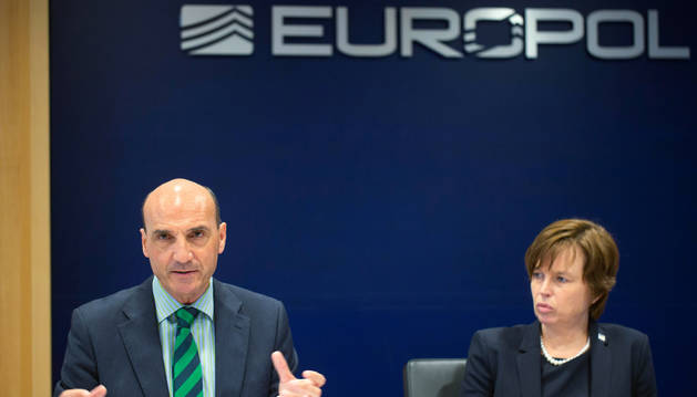 Manuel Navarrete, jefe del Centro de Contraterrorismo de Europol, y Catherine De Bolle, directora de Europol, en una rueda de prensa en La Haya, el 19 de junio de 2018.