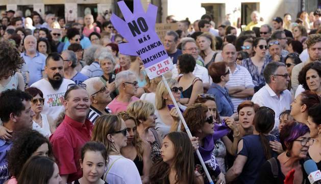 La plaza Consistorial y las calles adyacentes se han llenado de una multitud que ha protestado por la puesta en libertad de los cinco miembros de 'La Manada'
