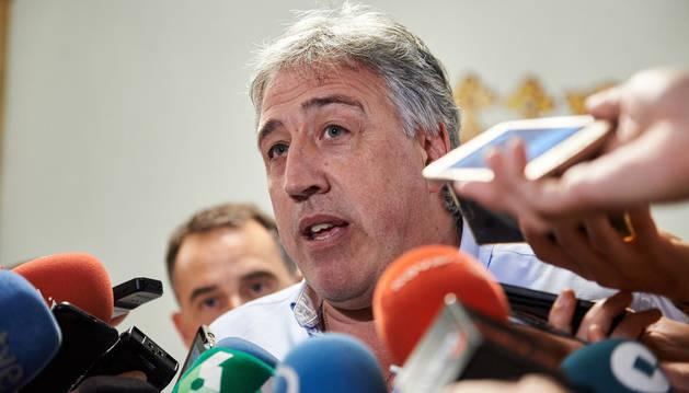 foto de El alcalde de Pamplona, Joseba Asiron, hablando ante los periodistas