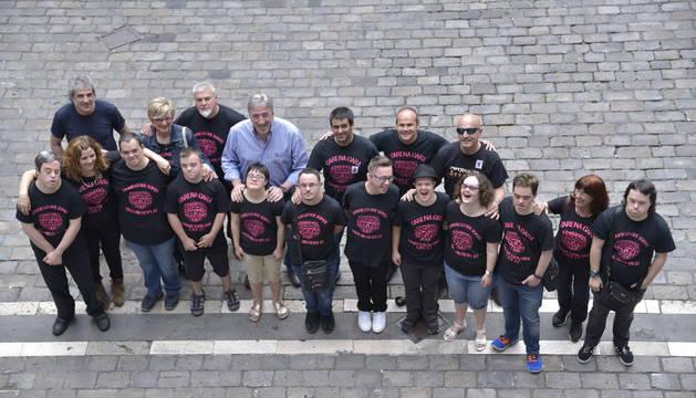 Miembros de Motxila 21, con Asiron, este viernes