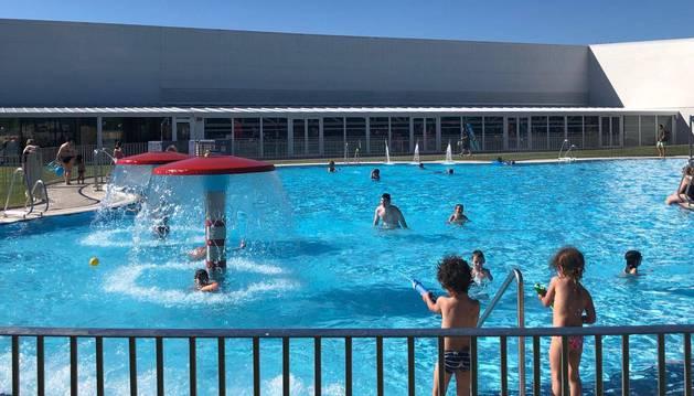 Varios usuarios disfrutan de las piscinas de la A.D. San Juan, en Pamplona.