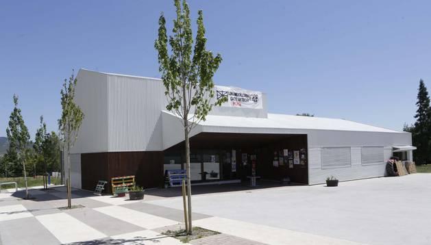 Fachada principal de edificio de Antzara, el centro social de Mendillorri.