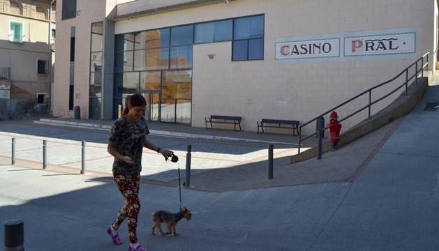Una vecina pasea delante del Casino Principal situado en el casco antiguo de Andosilla.