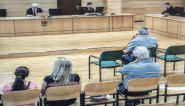 El acusado, en la primera fila, en la vista que se celebró ayer para confirmar el acuerdo.