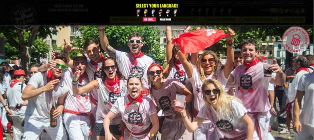 Una de las imágenes que aparecen en la página web de la agencia 'The Stoke Travel' ofreciendo las fiestas de San Fermín con cerveza y sangría ilimitada por 10 euros al día.