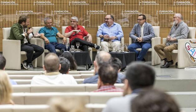 Desde la izquierda: Chapu Apaolaza, Miguel Araiz 'Rastrojo', José javier Echeverría, Pablo García-Mancha, Mariano Pascal y Javier Sesma.