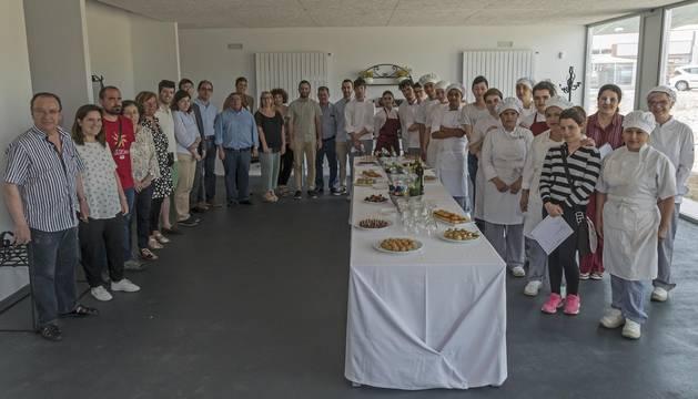 Alumnos, profesores, autoridades municipales y representantes de las empresas, este jueves durante el aperitivo servido tras la clausura.