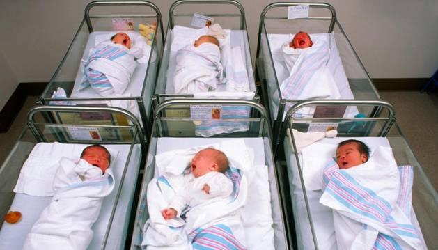 Bebés recién nacidos en una clínica maternal.