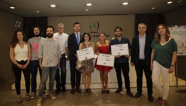 En el centro, los ganadores del certamen: Maitane Pérez Argote (izq.), Acoyani Guzmán y Juan Rafael Berrios, acompañados por miembros del jurado y representantes de El Corte Inglés, Diario de Navarra y Ateneo Navarro.