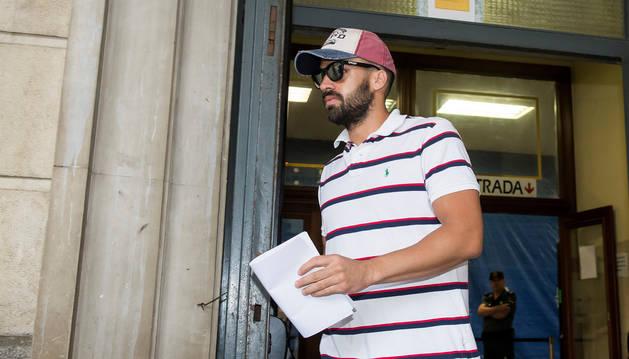"""Antonio Manuel Guerrero, el guardia civil miembro de """"La Manada"""", ha sido el primero de los cinco integrantes en presentarse este viernes por la mañana ante el juzgado de guardia de Sevilla."""