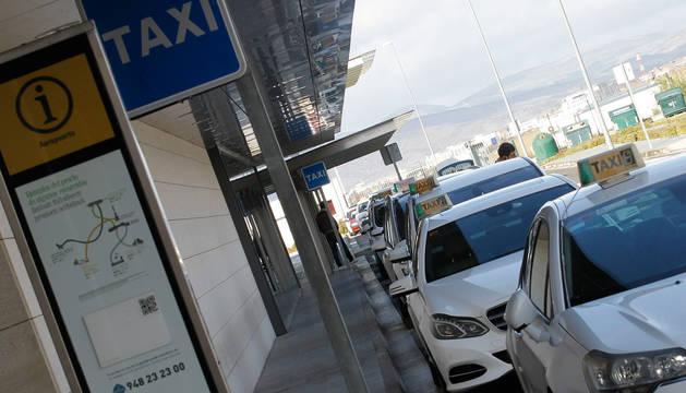 Taxis esperando a recoger clientes en el Aeropuerto de Noáin.