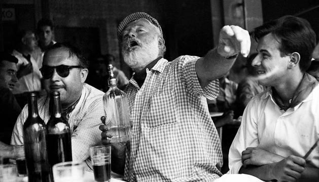 El escritor Ernest Hemingway se divierte, en compañía de unos amigos, en plenas fiestas de San Fermín de 1959.