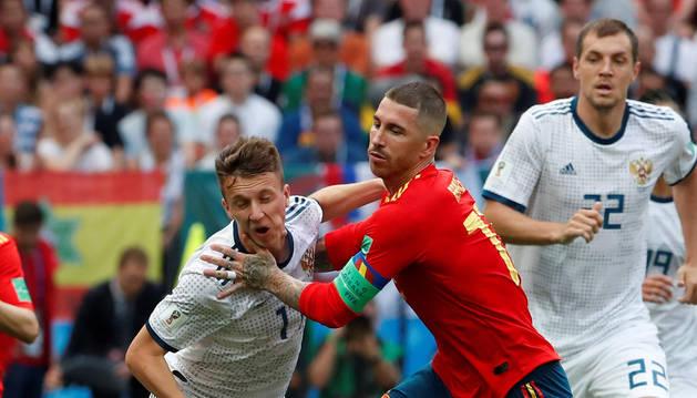 foto de Sergio Ramos ante un jugador ruso.