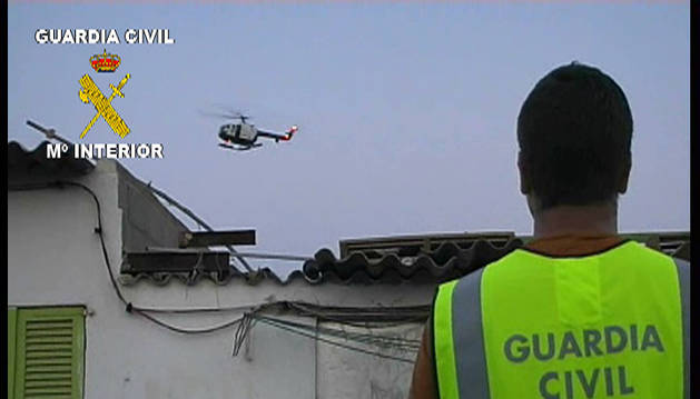 Un agente de la Guardia Civil durante una operación policial