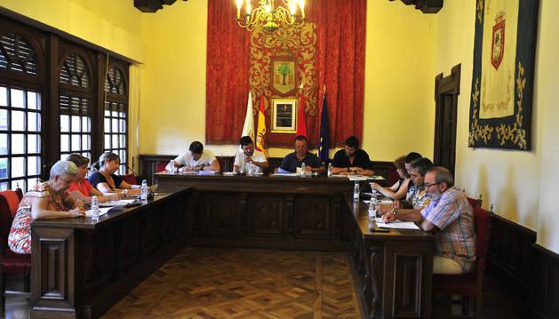 Foto de los corporativos debaten uno de los asuntos del orden del día durante el pleno.