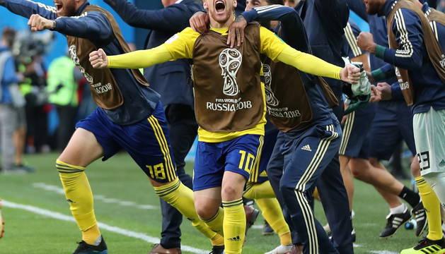 Forsberg y el banquillo sueco celebran el pase a cuartos de final.