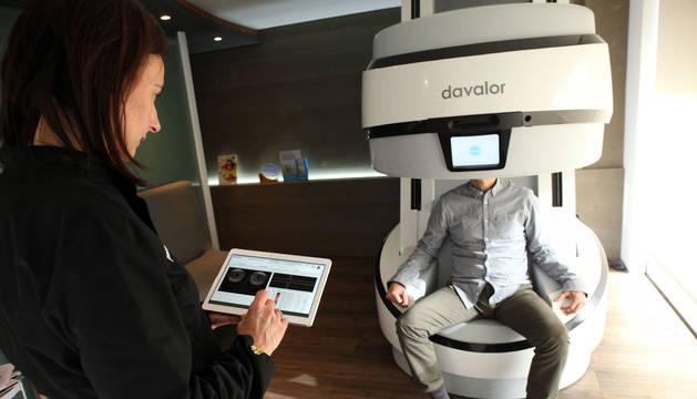 Imagen de archivo de una de las máquinas EVA de Davalor en una óptica.
