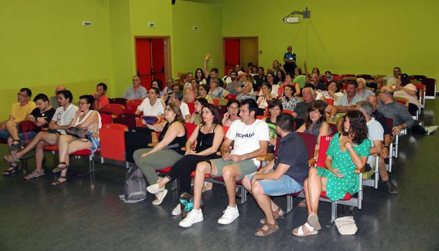 Asistentes a la asamblea que convocó ayer el Ayuntamiento y que se celebró en el centro cívico del barrio de Lourdes.