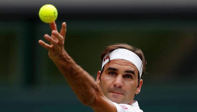 Federer durante su servicio