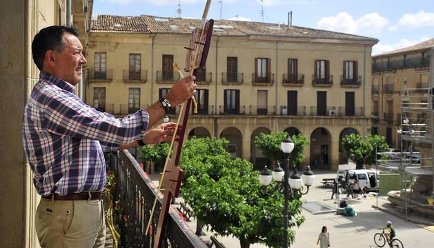 Pedro Arzoz, en el balcón desde el que el día 14 de agosto se prenderá la mecha del cohete.